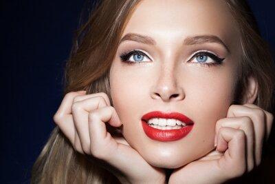 Plakat piękna dziewczyna z czerwonymi ustami z rękami w pobliżu twarzy