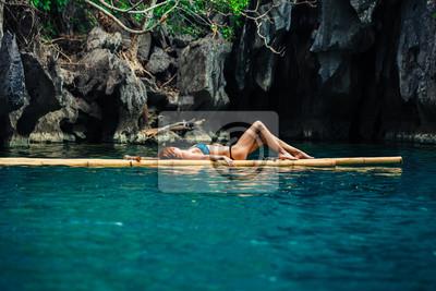 Plakat Piękna kobieta, relaks na tratwie w tropikalnej laguny
