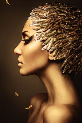 Plakat piękna kobieta w kapeluszu z piór złota