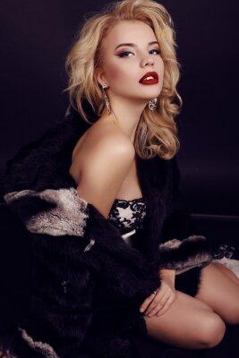 Plakat piękna kobieta z blond włosy nosi luksusowy maskowy, futra i Bijou