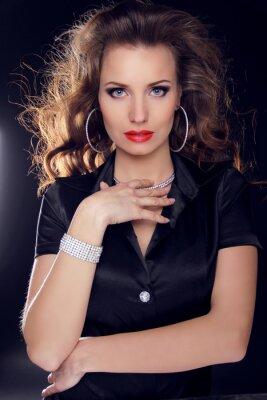 Plakat Piękna kobieta z kręcone włosy i makijaż wieczorowy. Biżuteria i