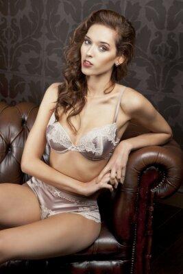 Plakat Piękna, seksowna brunetka w bieliźnie w luksusowym apartamencie