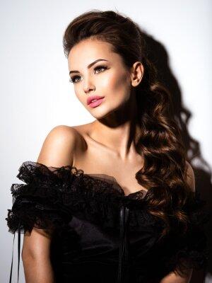 Plakat Piękna twarzy młoda seksowna dziewczyna w czarnej sukience