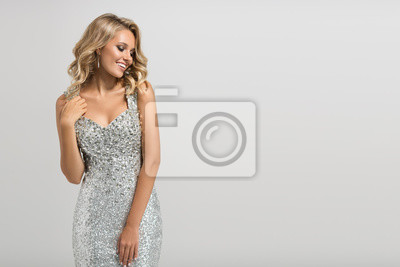 Plakat Piękne kobiety w shining srebra strój na szarym tle.