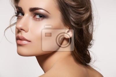 Plakat Piękny model kobieta z mody makijaż, fryzury faliste