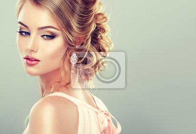 Plakat Piękny model z elegancką fryzurę. Piękna kobieta z mody fryzura ślubu i kolorowy makijaż