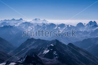 Plakat Piękny śnieg Highland Krajobraz Widok z góry Elbrus. Kaukaz góra w słoneczny dzień. Region Elbrus, Północny Kaukaz, Rosja
