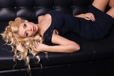 Plakat piękny uroczy kobieta z długimi blond włosy nosi eleganckie ubrania i akcesoria
