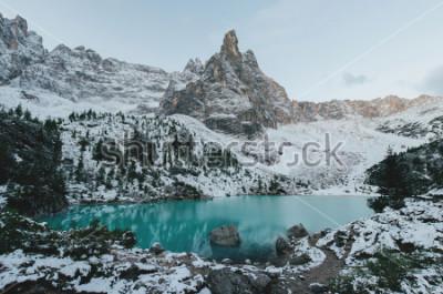 Plakat piękny widok na ogromne białe skały Dolomiti (Dolomity). Jezioro Braies (Lago Di Braies) w lecie. Wielki naturalny jezioro w dolomitach, Południowy Tyrol, Włochy, Europa.