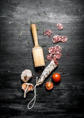 Plakat Pikantne salami z pomidorami i czosnkiem.