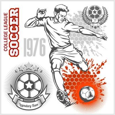 Plakat piłkarz kopanie piłki nożnej i emblematy.