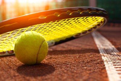 Plakat piłki tenisowe na korcie tenisowym
