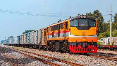 Plakat Pociąg towarowy został manewrowych. Tajlandia - październik 2015 Napój towarowy został manewrowych Ban Pachl przyłączeniowej stoczni. (Taken formą platformy publicznej).