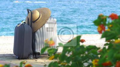 Plakat Podróż walizką lub walizką na egzotycznej pięknej plaży