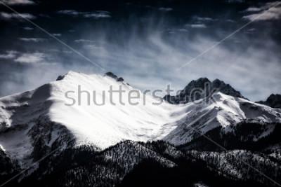 Plakat Pokryte śniegiem szczyty Tatry. Filtrowany styl.