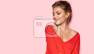 Plakat Portret młodego oszałamiającego modelu z jaskrawymi czerwonymi ustami. Pracowniana sesja zdjęciowa ładna kobieta w modnym swetrze. Nowoczesna koncepcja mody i młodości