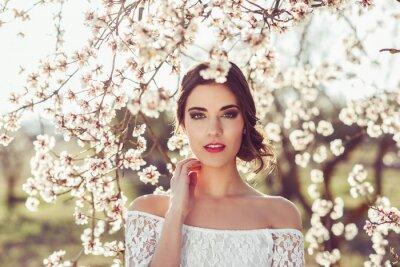Plakat Portret młodej kobiety w ukwieconym ogrodzie wiosną tim