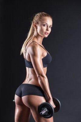 Plakat Portret pięknej dziewczyny sportowca z hantle w studio