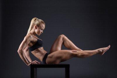 Plakat Portret pięknej dziewczyny w studio sportowców