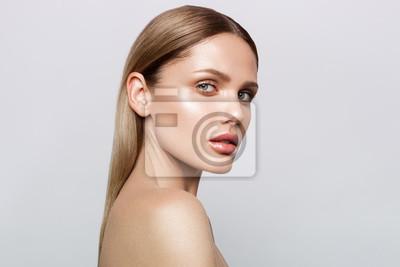 Plakat Portret piękno modelu z naturalnych makijażu. Moda lśniące wyróżnienie na skórze, makijaże z makijażu z połyskiem