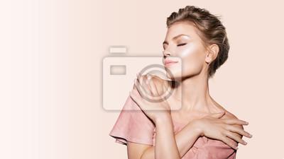 Plakat Portret zmysłowa piękna blondynka model pozuje z zamkniętymi oczami. Urocza młoda kobieta z czystą twarzą odizolowywającą na białym tle. Koncepcja naturalnego piękna