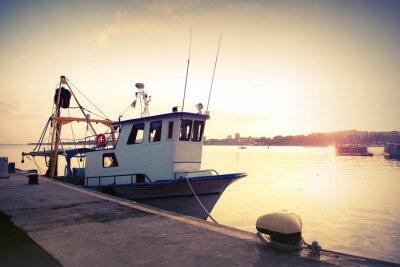 Plakat Przemysłowych łodzi rybackich zacumowany w porcie. Archiwalne zdjęcie kontrasty