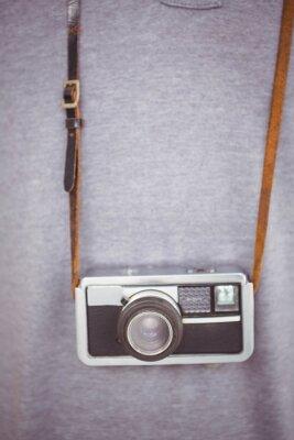 Plakat Przystojny hipster trzymając aparat retro