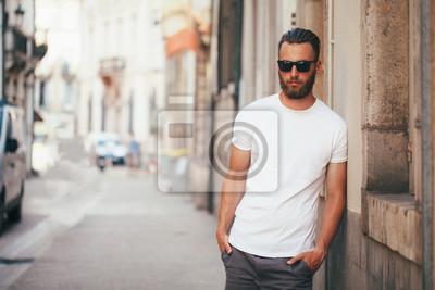 Plakat Przystojny mężczyzna przystojny przystojny model z brodą na sobie białą koszulkę z miejscem na logo lub projektantką w stylu casual