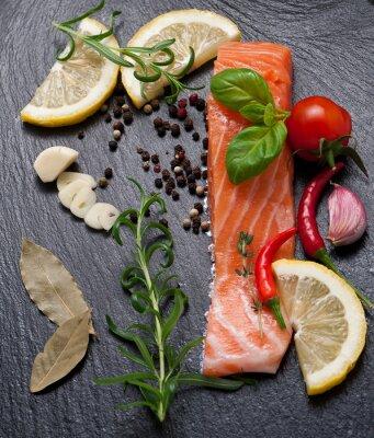 Plakat Pyszna porcja świeżego łososia filet z dodatkiem aromatycznych ziół, przypraw i warzyw - zdrowej żywności, diety lub gotowania koncepcji