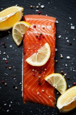 Plakat Pyszne filety z łososia z cytryny, solą morską i pieprzem na da