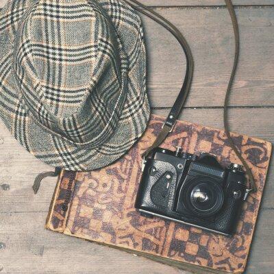 Plakat retro aparat z rocznika filcowy kapelusz i albumu fotograficznego na drewnianym b