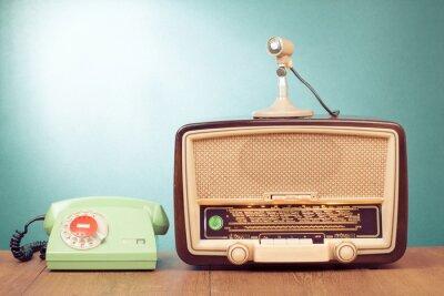 Plakat Retro radio z zielonym światłem, mikrofon i telefon na stole