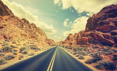 Plakat Retro stylizowane autostrady pustyni, pojęcie Adventure Travel.