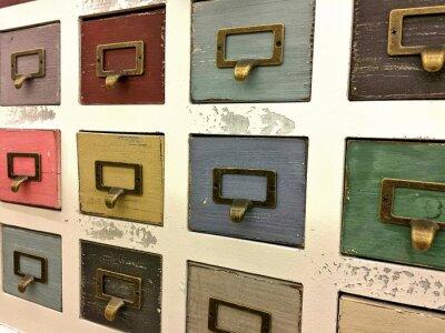 Plakat retro szafki z kolorowymi szufladami