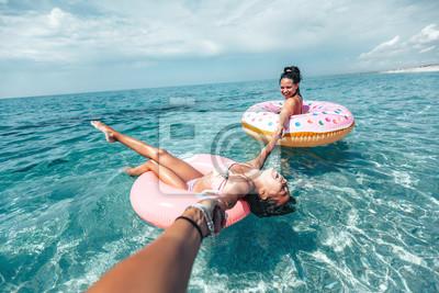Plakat Rodzina na lilo relaks na plaży