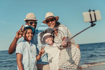 Plakat Rodziny biorąc selfie na plaży