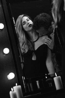 Plakat Romantyczny namiętna para w lustrze