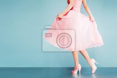 Plakat Romantyczny różowa sukienka z różowymi butami na vintage wyglądają niebieskie tło.