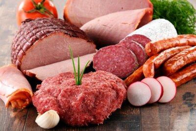 Plakat Różne produkty mięsne, w tym szynki i kiełbasy