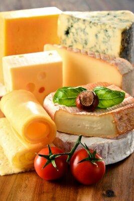 Plakat Różne rodzaje sera na stole w kuchni