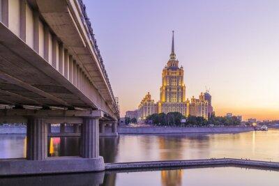 Plakat Różowa słońca w hotelu Ukraina w Moskwie nocy