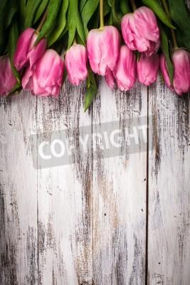 Plakat Różowe tulipany na białym drewnianym stole shabby