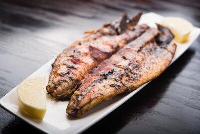 Plakat Ryby z grilla z cytryną na białym talerzu