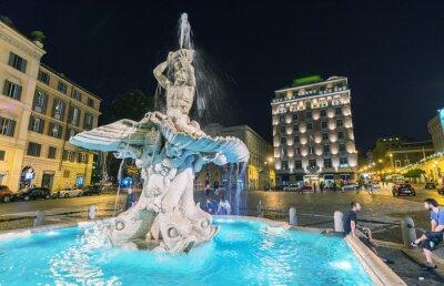 Plakat RZYM - 23 maja 2014: Turyści chodzić na Piazza del Tritone. Więcej t