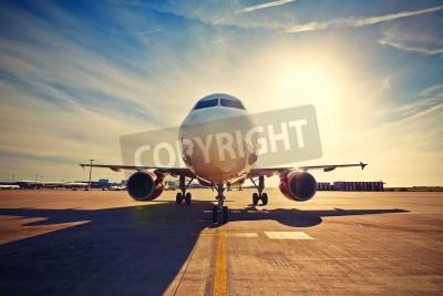 Plakat Samolot jest kołowania do startu na wschód słońca