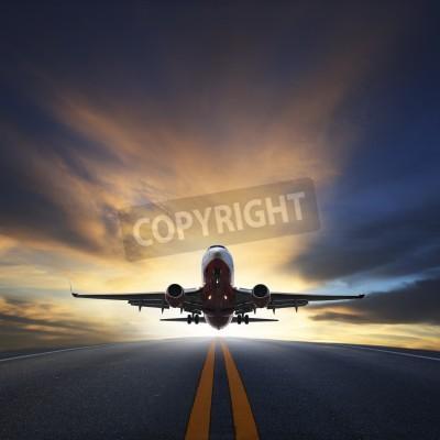 Plakat Samolot pasażerski startu z pasów startowych przeciwko pięknej mroczne niebo z miejsca kopiowania dla użytku transportu lotniczego, podróży i podróży biznesowych w branży