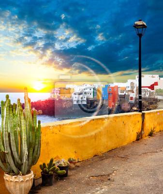 Sceniczny krajobraz Wyspa Kanaryjska seascape Teneryfa wioska Zmierzchu scenerii Hiszpania morze i wyspa Plażowe przygody i podróży pojęcie Puerto de los angeles cruz