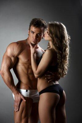 Plakat Seksualnego dziewczyna przytula kulturysta władczo