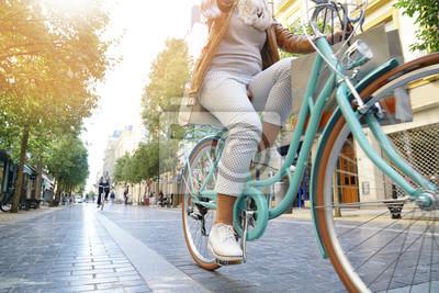 Plakat Senior kobieta jazdy rowerem miasta w mieście