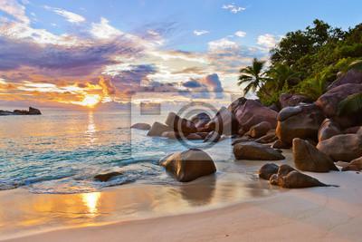 Plakat Seszele tropikalnej plaży o zachodzie słońca